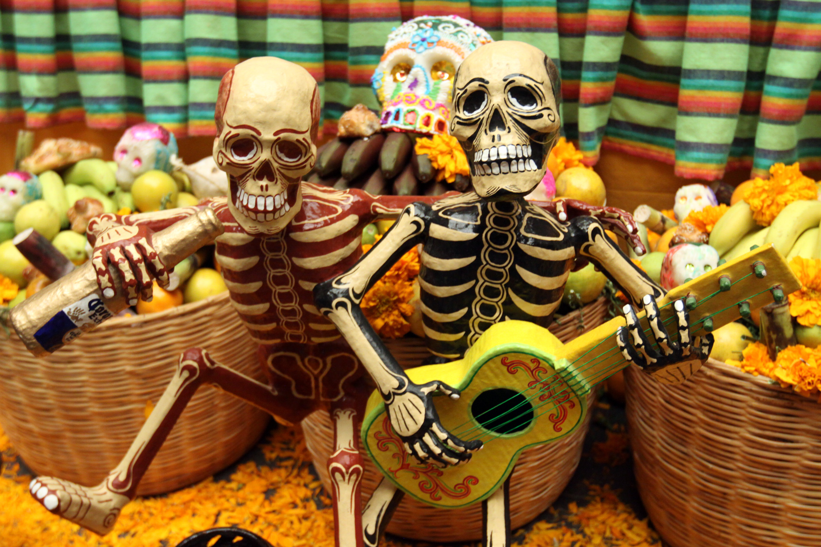 Day of the death celebration ironically it is a festivity full of life - Tradicion de halloween ...